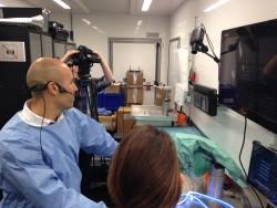 Dr Lopes dans l'Arthrolab en communication avec la salle