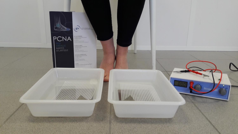 La ionophorèse diminue la sécrétion de sueur des pieds.